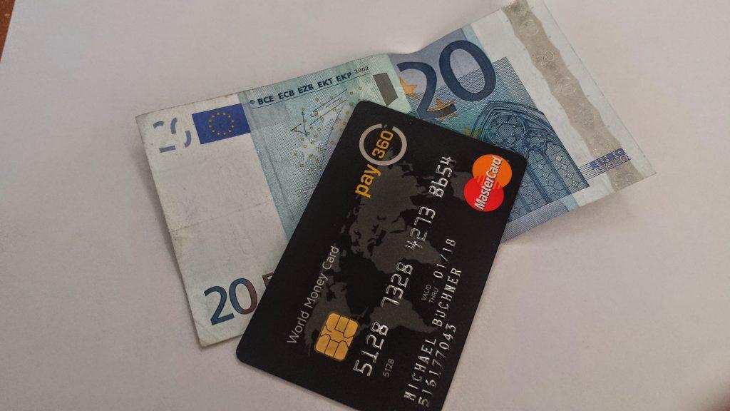 Ein zwanzig Euro Schein und eine Kreditkarte. Ob das für den Schlüsseldienst reicht?